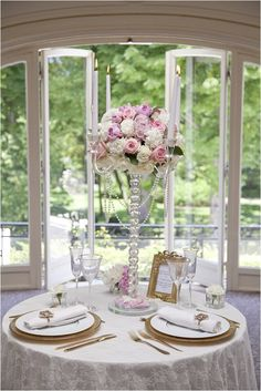 Gold, pink and white wedding table | Image by Les productions de la Fabrik