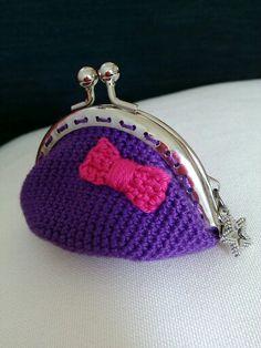 monedero violeta con lazo fucsia