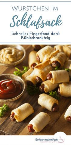 Schnelle Würstchen im Schlafrock Sausages in a dressing gown are a popular party meal. And thanks to the flexible fridge Finger Food Appetizers, Appetizers For Party, Finger Foods, Appetizer Recipes, Snack Recipes, Pizza Recipes, Fingerfood Party, Camping Meals, Kids Meals