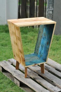 This DIY unique pallet side table is all here to make you a big fan of it! It is having hollow box like shape raised on some short wooden legs and looks just Wooden Pallet Projects, Wooden Pallet Furniture, Woodworking Furniture, Wooden Pallets, Handmade Furniture, Rustic Furniture, Furniture Decor, Scandinavian Furniture, Furniture Removal