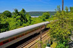 Le 5,5-heure  Amtrak Ethan Allen express entre New York City et Rutland, Vermont, longe l'Hudson, à travers le pittoresque État de New York et le Vermont, coupe à travers la forêt de la Nouvelle Angleterre particulièrement magnifique en automne. Facile de visiter le cœur de la Northeast, mais arrêt aussi à Poughkeepsie, Schenectady, Albany, et Fair Haven .http://www.amtrak.com/ethan-allen-express-train