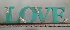Love. Palabra em madera con florcitas de papel