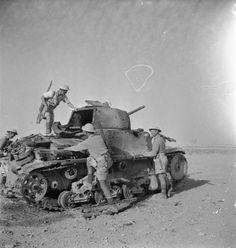 Infantería británica inspecciona un tanque italiano puesto fuera de combate, norte de África, 1942.
