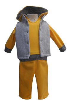 Chaleco tipo mao con bordado trasero, sudadera con puños y pretina y pantalón con bolsa trasera. Tallas 3, 6, 12 y 18 meses.