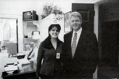 1995 - Presidente William Jefferson Clinton posa para uma foto com uma estagiária da casa branca, Monica Lewinsky.
