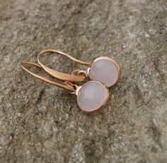 These romantic and yet elegant earrings in rose gold could become your favorite companion. The faceted, pink jewelery stones are only tall and are equipped with long ear hooks. Druzy Ring, Vintage, Rings, Etsy, Jewelry, Ear Piercings, Schmuck, Jewlery, Jewerly