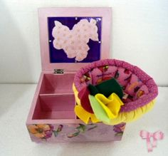 Caixa de MDF para chá, com aplicação de decoupage floral, inclusive na tampa de vidro. Tem 4 divisórias internas. Acompanha cestinha de patchwork em tecido de algodão com estampa de cupcake.