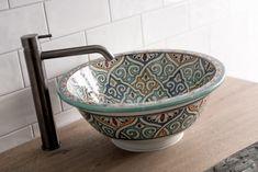 Een prachtige design badkamer van Middelkoop. De unieke Marokkaanse waskom steelt samen met de vloertegels de show. De decoratie en de kranen in verouderd ijzer maken van deze badkamer een geheel. Serving Bowls, Hand Painted, Ceramics, Tableware, Kitchen, House, Inspiration, Trough Sink, Seeds
