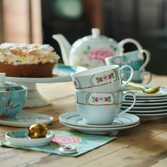 Buy the Blushing Birds Cappuccino Cup & Saucer - White from Pip Studio at AMARA. Pip Studio, Cappuccino Cups, Espresso Cups, Rectangle Cake, Cake Tray, Bird Cakes, Tea Infuser, Cup And Saucer Set, Tea Mugs