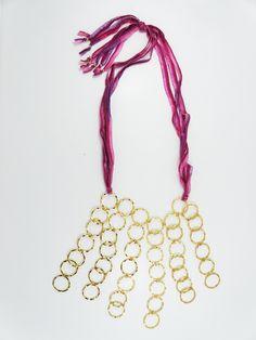 collar seda rosada con aros dorados
