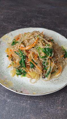 Asian Recipes, Vegetarian Recipes Korean, Japchae Recipe Korean, Tai Food Recipes, Cooking Recipes, Healthy Recipes, Korean Glass Noodles, Glass Noodle Salad, Vegetarian Recipes
