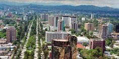 Guatemala CIty: La espléndida Ciudad de Guatemala sorprende al visitante. Es una ciudad viva, de más de dos millones de habitantes, y alberga un sinfín de atracciones turísticas de primer orden. Está situada en un valle, el de la Ermita, rodeada de profundos barrancos y a 1.500 metros de altitud, lo que le concede un maravilloso clima a pesar de ser zona tropical, con dos estaciones definidas: una húmeda de mayo a Noviembre y seca el resto del año.
