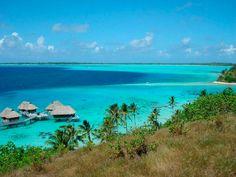 Pase la noche en una cabaña sobre el agua en Bora Bora.