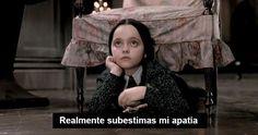 Puedes contar en una mano las cosas que realmente te importan en la vida: | 17 Señales de te que has convertido en Merlina Addams