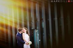 Nach der standesamtlichen Hochzeit und einem gemütlichen Brunch mit der Familie traf sich dieses Brautpaar mit uns am Hyatt Hotel im Düsseldorfer Medienhafen. Dort war das Zimmer für die Hochzeitsnacht gebucht und daher bot sich natürlich ein Fotoshooting vor Ort an.Bei strahlendem Wetter…