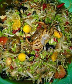 Thai Street food: Yam Som-O Pu Na (Spicy Pomelo Salad with Rice Paddy Crab)