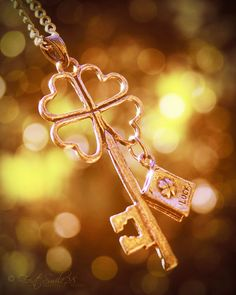 Irish Luck key charm, I want this! Because that is just beautiful! And I love skeleton keys, shamrocks, and books so basically this thing was practically custom made for me!