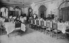 """Salón comedor de Baños de Coamo,año 1910  Puerto Rico.  Fue así como, allá por el año 1847, don Andrés G. Luhring, un visionario ciudadano ponceño, construyó las primeras edificaciones, bastante primitivas por cierto, que fueron el preludio del famoso balneario. Estas consistían de """"una casa en su frente"""" para hospedaje de los huéspedes."""