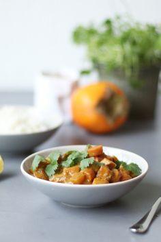 Er gaat niets boven een verse homemade curry pasta, maar voor iedereen die zin heeft in een snel curry recept raad ik de pasta van Fairtrade aan. Ik maakte er deze vegetarische gele curry met zoete aardappel en pandanrijst mee. En nee, dit is geen reclame maar wel een introductie...