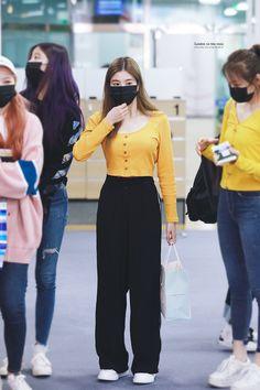 190505 GMP Arrival #아이즈원 #izone #eunbi #은비 #권은비 #kwoneunbi Kpop Fashion Outfits, Blackpink Fashion, Korea Fashion, Korean Outfits, Mode Outfits, Casual Outfits, Korean Airport Fashion, Korean Girl Fashion, Asian Fashion