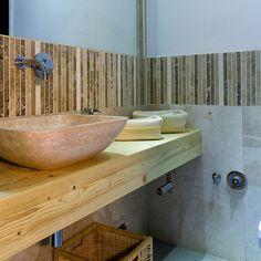 """Il mosaico """"Planks"""" è utilizzato come finitura per il rivestimento, creando una fascia"""