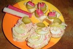 Chlebíčky s krabí pomazánkou a jedohubky s kousky surimi Krabi, Feta, Breakfast, Cake, Desserts, Morning Coffee, Tailgate Desserts, Deserts, Kuchen