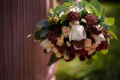O varianta foarte buna pentru o sedinta foto in ziua cununiei, este Gradina Botanica. O locatie plina de verdeata, cu locuri frumoase, nu toate, dar multe dintre ele sunt interesante. Mai mult de atat sunt multe locuri care, in timpul saptamanii, sunt ferite de ochii privitorilor.  Cununie civila Civil Wedding Dress Civil Wedding Bouquet Buchet Mireasa Bride Photoshoot Buchet Cununie Civila Rochie Cununie Civila Colorful Bridal Bouquet Red Roses City Hall Wedding, Civil Ceremony, Georgia, Strawberry, Bouquet, Fruit, Fotografia, Registry Office Wedding, Bouquet Of Flowers