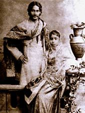 Rabindranath Tagore with 10 yo bride 1883 Calcutta © Courtesy Malavika Karlekar from the Center for Women's Development Studies New Delhi Tango, Indian Journal, Dancing On The Edge, Rabindranath Tagore, Gender Studies, Bengal, Carving, Statue, Black And White
