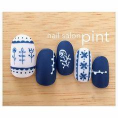 白地にこっくり青色カラーがスタイリッシュ!今年の春夏ネイルのトレンドは、「陶器ネイル」で決まり!?「マットネイル」仕立てや、繊細な「手描きアート」で施すこちらのネイルデザインは、洗練されたデザインの中に大人かわいさもあり、夢中になる人続出なんです♪北欧風や、花柄など、是非陶器ネイルを試してみては?(2ページ目)