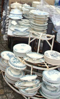 Flea market finds: tables filled with sets of china, mismatched serving pieces… Vintage Plates, Vintage Dishes, Vintage China, French Vintage, Antique China, Blue And White China, Blue China, China China, White Dishes