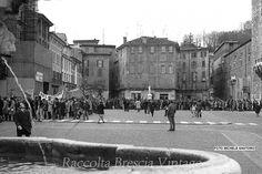 Manifestazione nell'anniversario della strage di Brescia - 1975 Foto Michele Santoro http://www.bresciavintage.it/brescia-antica/foto-d-autore/manifestazione-nellanniversario-della-strage-brescia-1975/