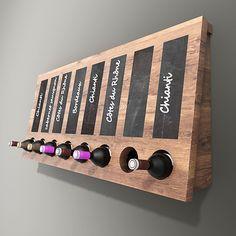Dit houten flessenrek is ideaal bij de presentatie van wijn in een slijterij of in een restaurant. Op de bordjes kan eenvoudig met krijt aangegeven worden welke wijn het betreft. #wijnrek #accessoire
