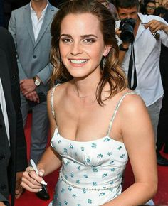 Emma Watson Milky Cleavage Pictures – Hot and Sexy Actress Pictures Emma Watson Beautiful, Emma Watson Style, Emma Watson Sexiest, Emma Watson Body, British Actresses, Actors & Actresses, Fangirl, My Emma, Actrices Hollywood