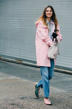 Street looks à la Fashion Week printemps-été 2016 de New York, manteau rose, jean