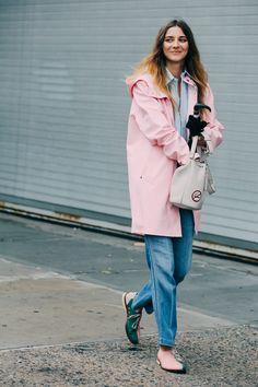 Street looks à la Fashion Week printemps-été 2016 de New York, manteau rose, jean