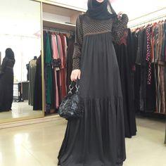 Islamic Fashion, Muslim Fashion, Modest Fashion, Women's Fashion Dresses, Hijab Style Dress, Modele Hijab, Hijab Trends, Abaya Designs, Muslim Dress