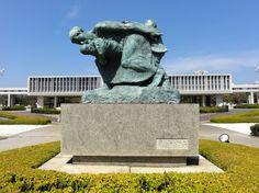 "Statue ""Mutter und Kind im Sturm"" im Hiroshima Peace Memorial Park"