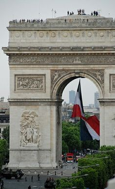 Arc de Triomphe avec Tricolore, Paris, France (by p'titesmith12 on Flickr)