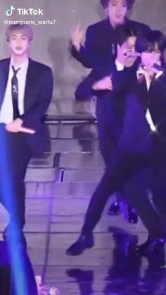 Kim Taehyung Funny, V Taehyung, Namjoon, V Video, Foto E Video, Kpop Gifs, Min Yoonji, V Bts Wallpaper, Bts Dancing