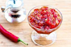 Tulinen tomaatti-chilihillo on ihastuttava liharuokien lisuke. Pakkaa pieniin lasipurkkeihin ja vie...