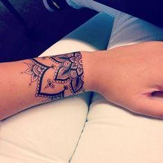Soyez inspirée avec ce tatoo : Exemple tattoo poignet demi mandala femme. Retrouvez tous les modèles, significations de motifs sur tatouagefemme.eu