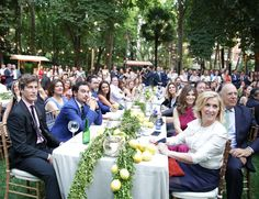 Los invitados de la fiesta Table Decorations, Party, Furniture, Home Decor, Invitations, Decoration Home, Room Decor, Parties, Home Furnishings