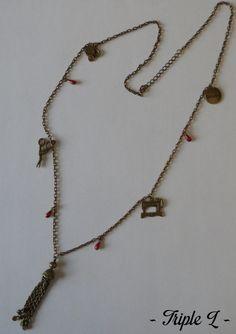 ~ DESCRIPTIF ~ Ce collier sautoir est composé dune chaîne bronze avec breloques en bronze rappelant lunivers de la couture et perles rouges. Il est ajustable grâce à une chaînette en bronze. La chaînette mesure 5 cm. Dimensions du collier : 44 cm de long.  ~ MATERIEL UTILISE ~ - Chaîne couleur bronze - Fermoir et chaînette couleur bronze - Breloques couleur bronze  ~ ENVOI ~ Les bijoux sont envoyés en courrier suivi dans une enveloppe en papier bulle et soigneusement emballés.  ~ PRECAUTIONS…