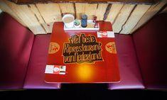 Houten tafels met kleurrijke fotoprint Kiprestaurant de Piri Piri.  #hout #tafelbladen #horeca #restaurant #aankleding