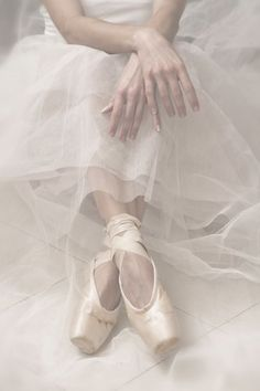 Ballerina uploaded by 𝓈𝒶𝓂𝒶𝓃𝓉𝒽𝒶 𝓈𝑒𝓇𝑒𝓃𝒶 ✰ on We Heart It Dance Like No One Is Watching, Just Dance, Ballet Art, Ballet Dancers, Dance Photos, Dance Pictures, Pointe Shoes, Ballet Shoes, Ballet Pictures