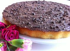En mazarinkage bagt helt uden marcipan. Smagen er som den købte version men meget mere frisk, og så er den lige tilpas svampet. (En billi...