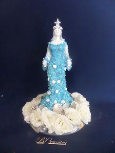 Linda imagem de Iemanja.  Voce vai se encantar ...com a rainha do mar.  O vestido é de gripir floral azul com perolas.  Na base´foi adicionado ao mar conchas com ´perolas e rosas de cetim branca.  Nessa imagem foi acrescentado uma base redonda, que é uma caixa de mdf. Nela foram aplicadas rosas e...