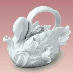 No ugly ducklings here. Enjoy your tea in this beautifully embossed swan shape teapot. Our swan is 6 1/2