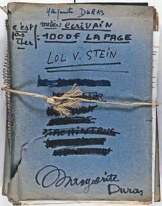 Dossier original des archives de Marguerite Duras contenant les manuscrits et les épreuves successives du Ravissement de Lol V. Stein, sur la couverture duquel est rédigée la mention de la main de l'auteur : « métier : écrivain, 1000 francs la page, c'est pas cher. »