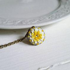 Collana con cammeo primavera, decorata con fiori gialli realizzati con pasta polimerica a mano